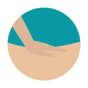 Main du masseur posée sur le dos de la personne massée